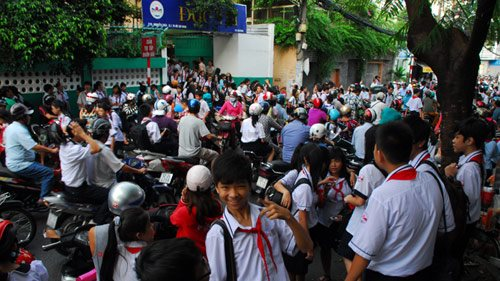 Hanoi reconsiders changing office, school hours to combat traffic congestion