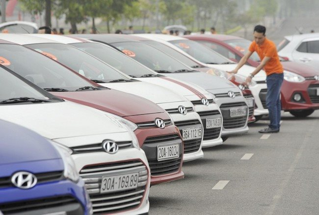 Hundreds of duty-free cars imported to Vietnam plummet from skyscraper