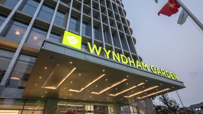 Hanoi high-end hotels go West