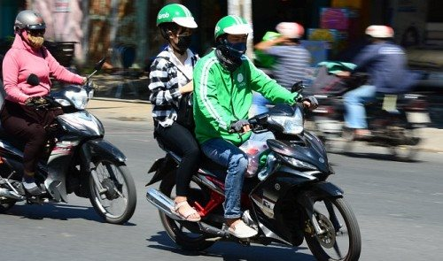 """Grab or """"Xe Om""""? The clashing paths of Vietnamese drivers"""