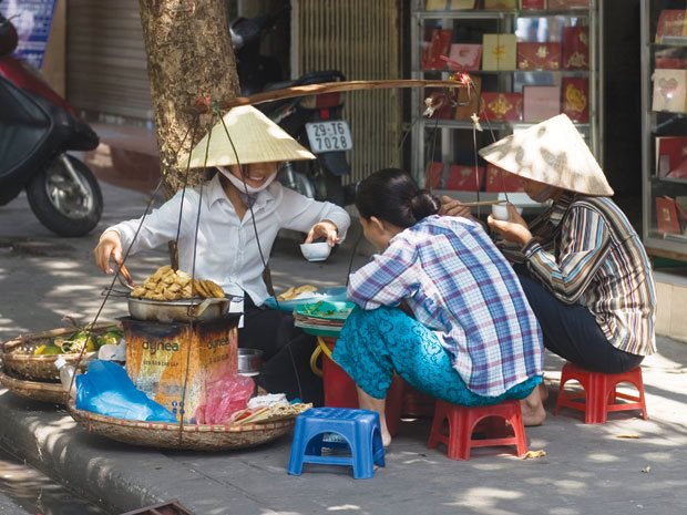 Hanoi to punish officials if sidewalks are reclaimed by vendors